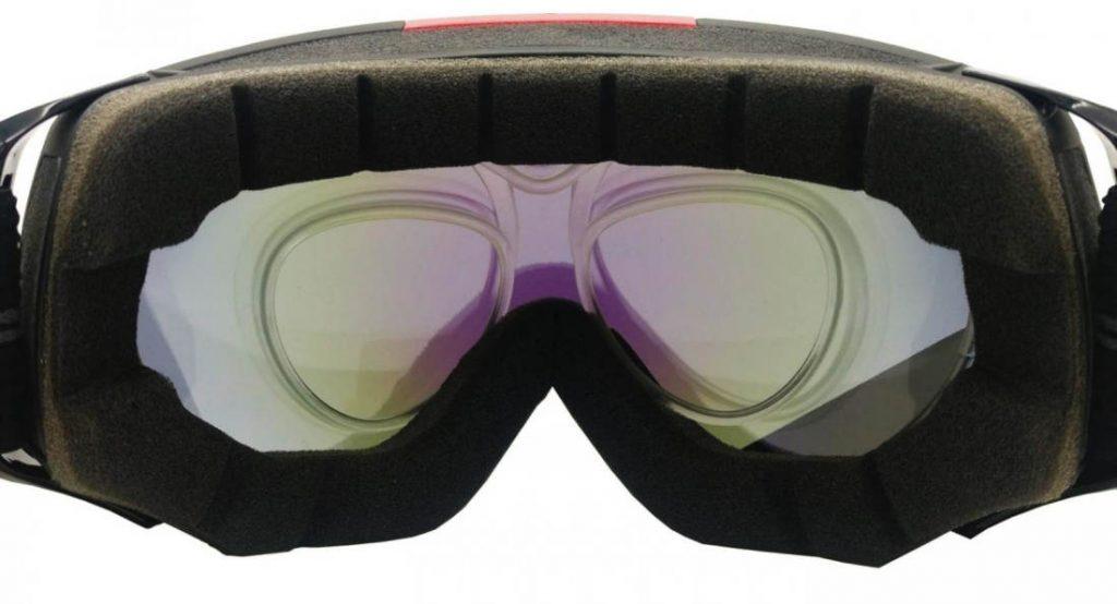 clip ottico per lenti gradutate inserito in maschera da sci vista