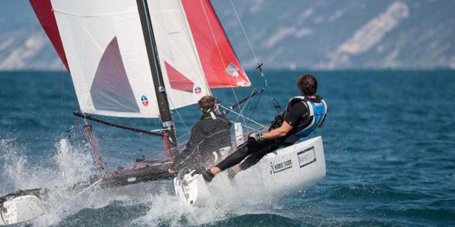 occhiali sportivi con lenti specchiate per vela e sport d'acqua
