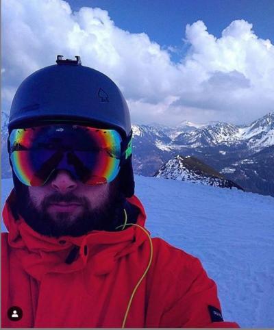 sciatore indossa maschera da sci freestyle con lente fumo specchiata
