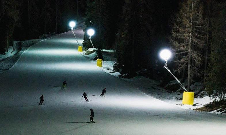 foto pista da sci in notturna dove utilizzare maschera da sci con lente trasparente