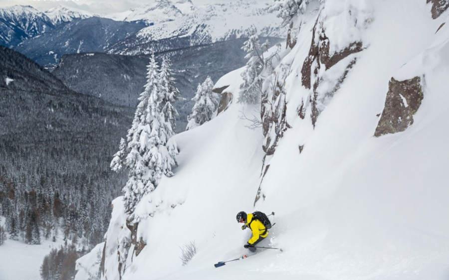 sciatore indossa maschere da sci con lenti specchiate