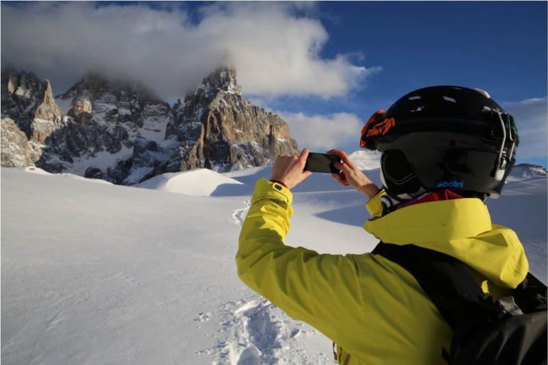 sciatore indossa maschera da sci durante selfie