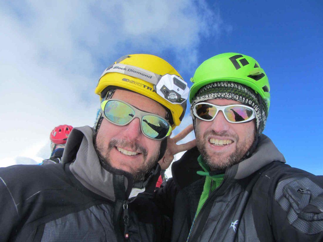 alpinisti indossano occhiali da montagna in ghiacciaio