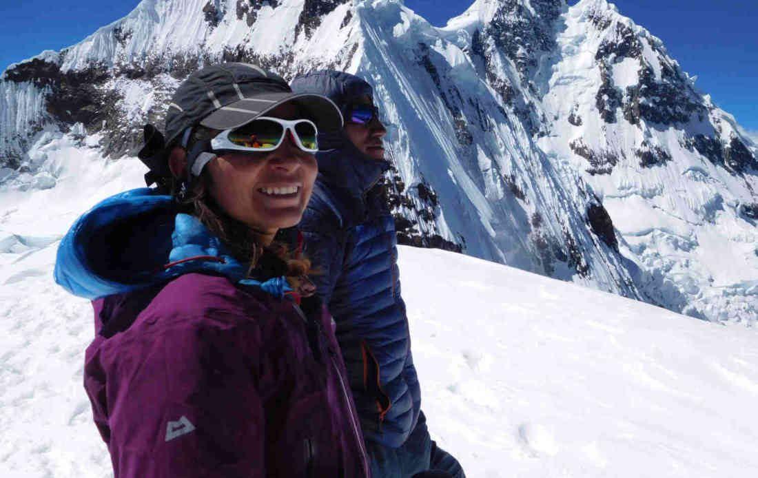 alpinista donna indossa occhiali da alta montagna