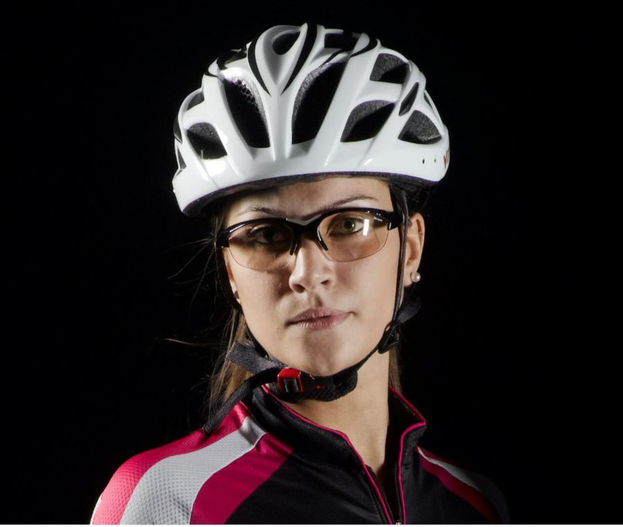 ciclista donna indossa occhiali da donna per ciclismo