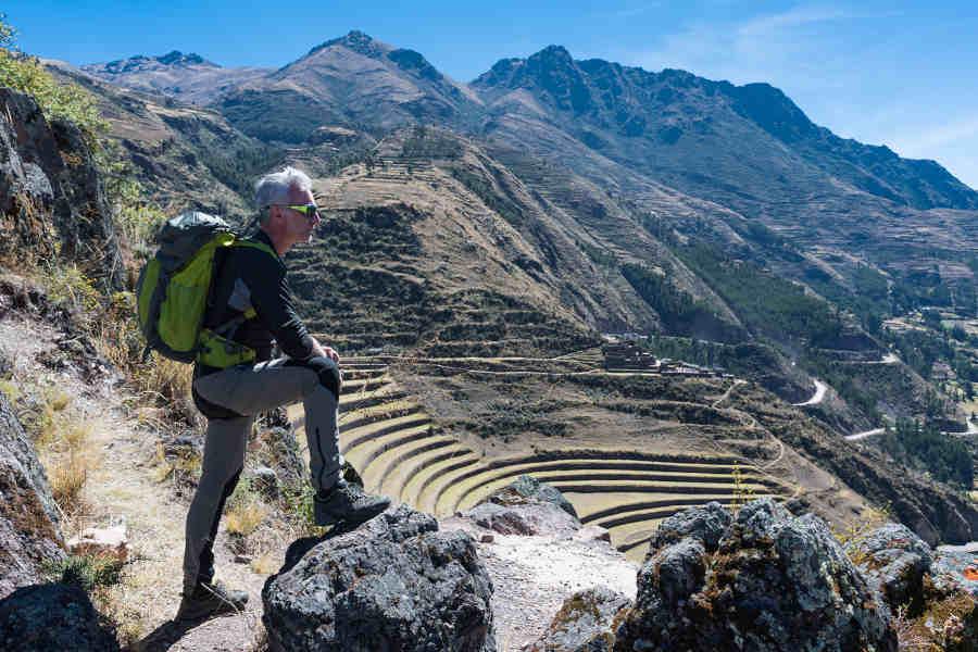 Escursionista indossa occhiali da montagna con lenti fotocromatiche