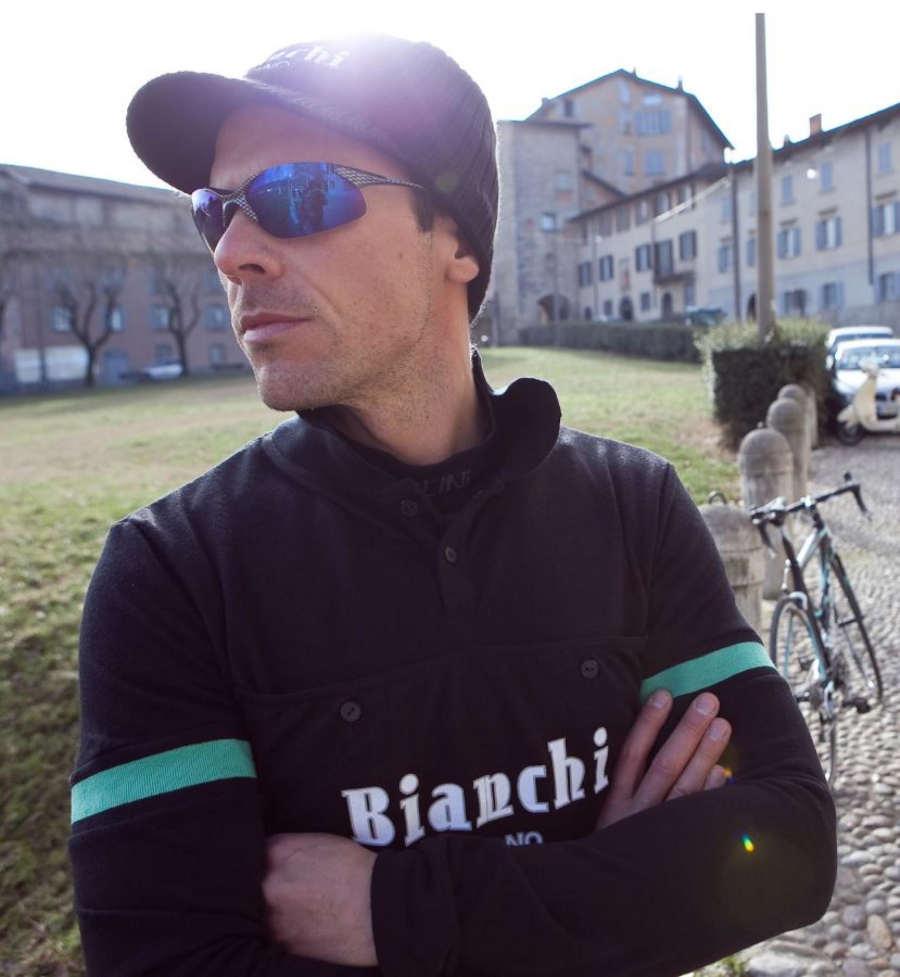 ciclista indossa occhiale da ciclismo con lenti specchiate blu