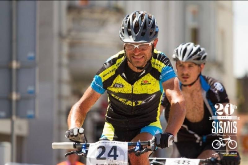ciclista indossa occhiale da uomo per mountain bike fotocromatico