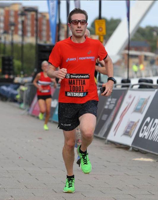 runner indossa occhiali sportivi da vista con lenti fotocromatiche