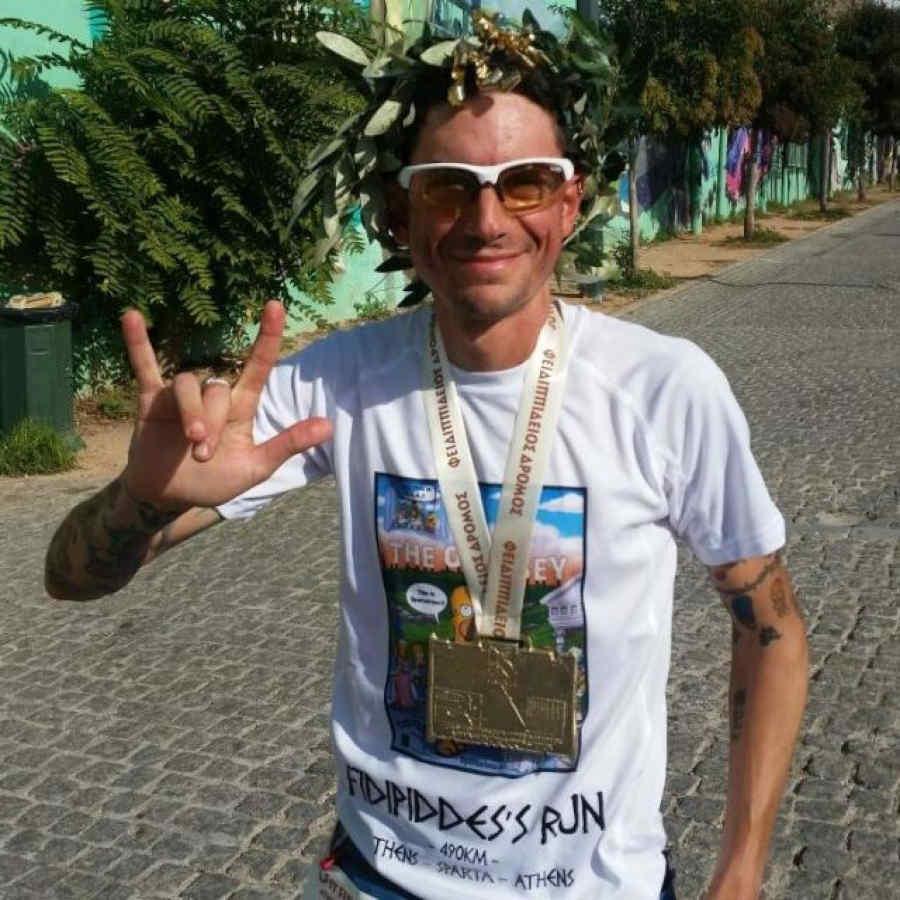 maratoneta indossa occhiale da vista per running e trail running fotocromatico