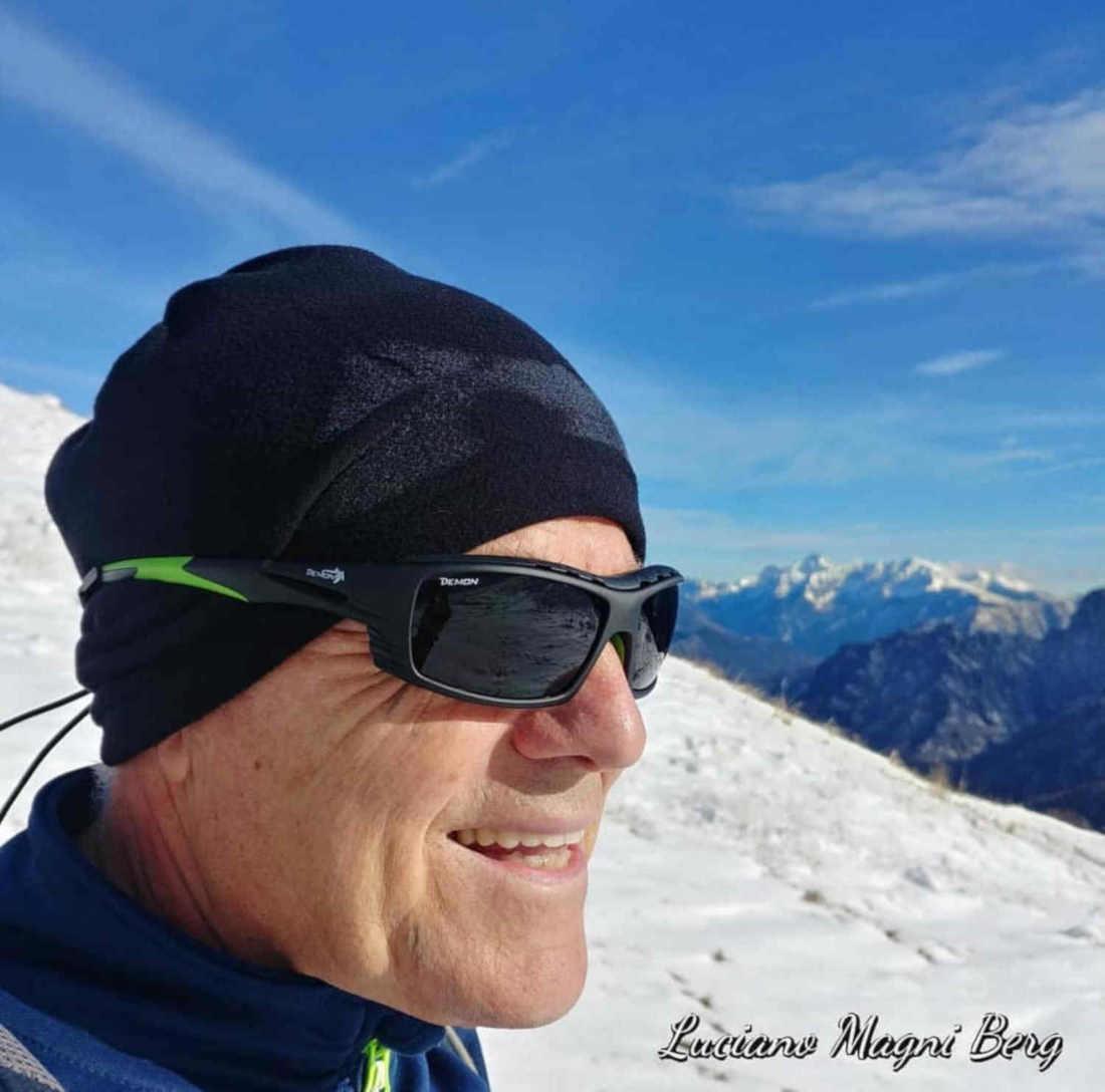 alpinista indossa occhiali graduati per alpinismo e ghiacciaio