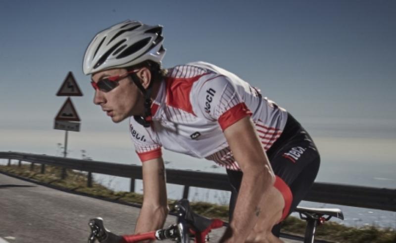 ciclista indossa occhiale per bici da corsa fotocromatico dchrom colore rosso