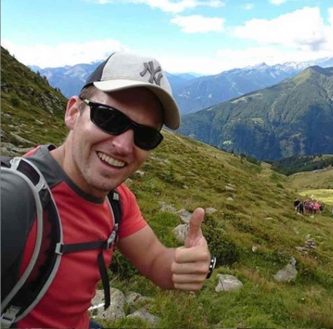 escursionista indossa occhiale sportivo polarizzato