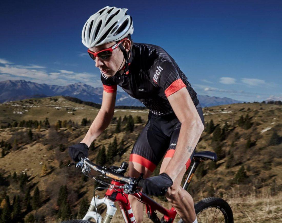ciclista indossa occhiale per mtb rosso