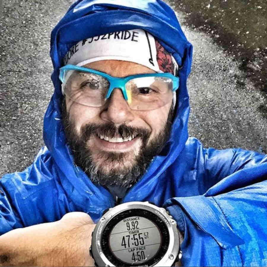 runner indossa occhiale per running e trail fotocromatico colore azzurro