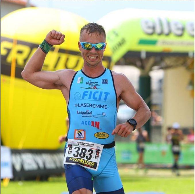 triatleta indossa occhiali da running con lenti intercambiabili specchiate
