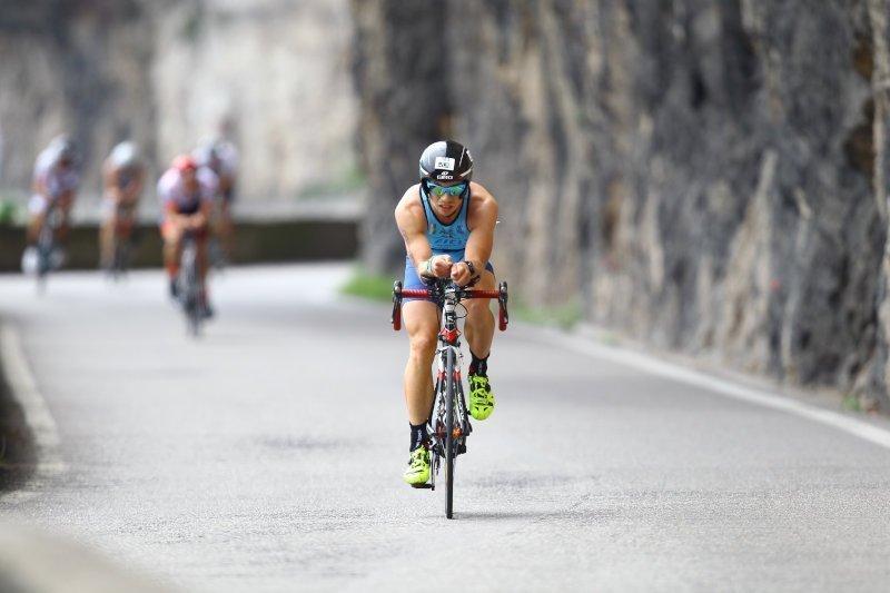 triatleta indossa occhiale da ciclismo con lenti specchiate fumo categoria 3 azzurro