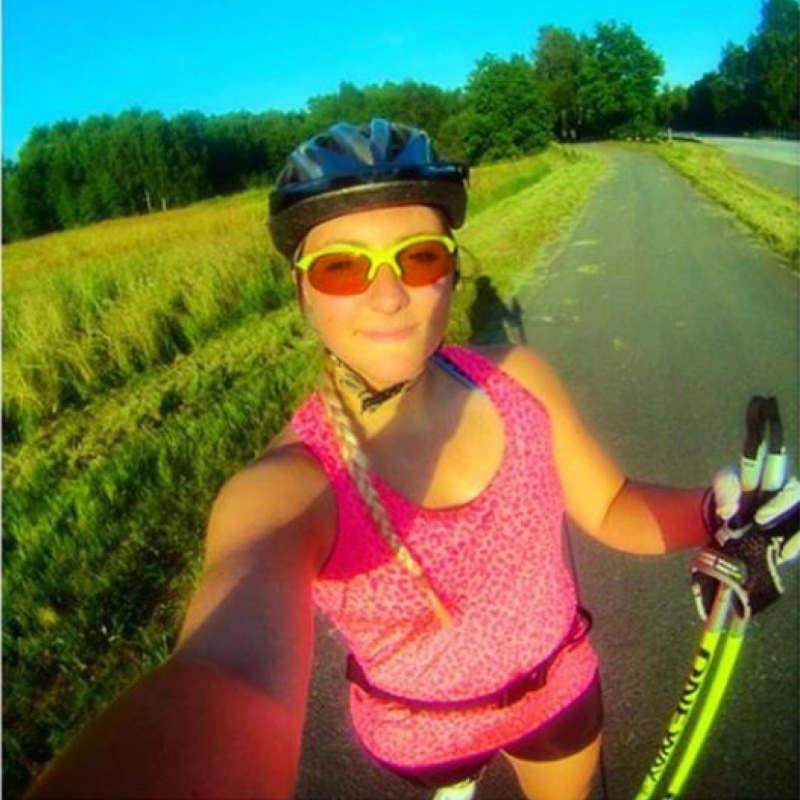 runner donna indossa occhiale sportivo giallo fluo
