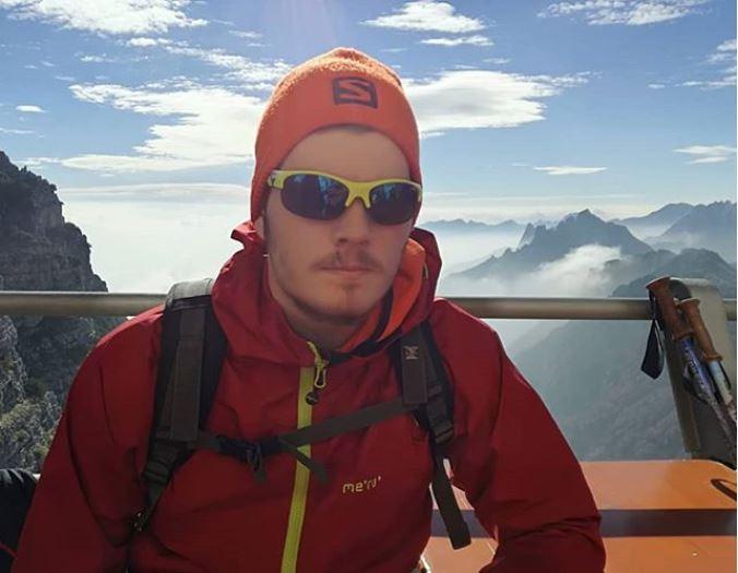 occhiale sportivo giallo fluuo per escursioni in montagna
