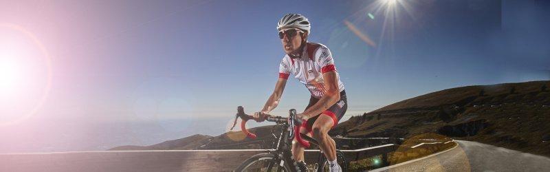 ciclista indossa occhiali per bici da corsa bianchi