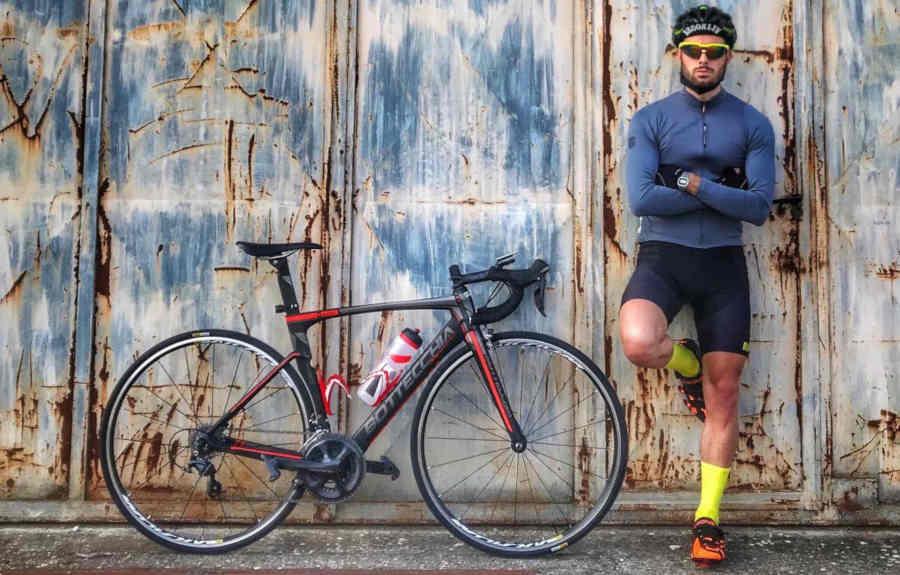 ciclista indossa occhiale giallo fluo da ciclismo con lenti intercambiabili
