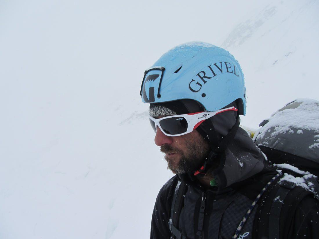 alpinista indossa occhiali da alpinismo durante escursione