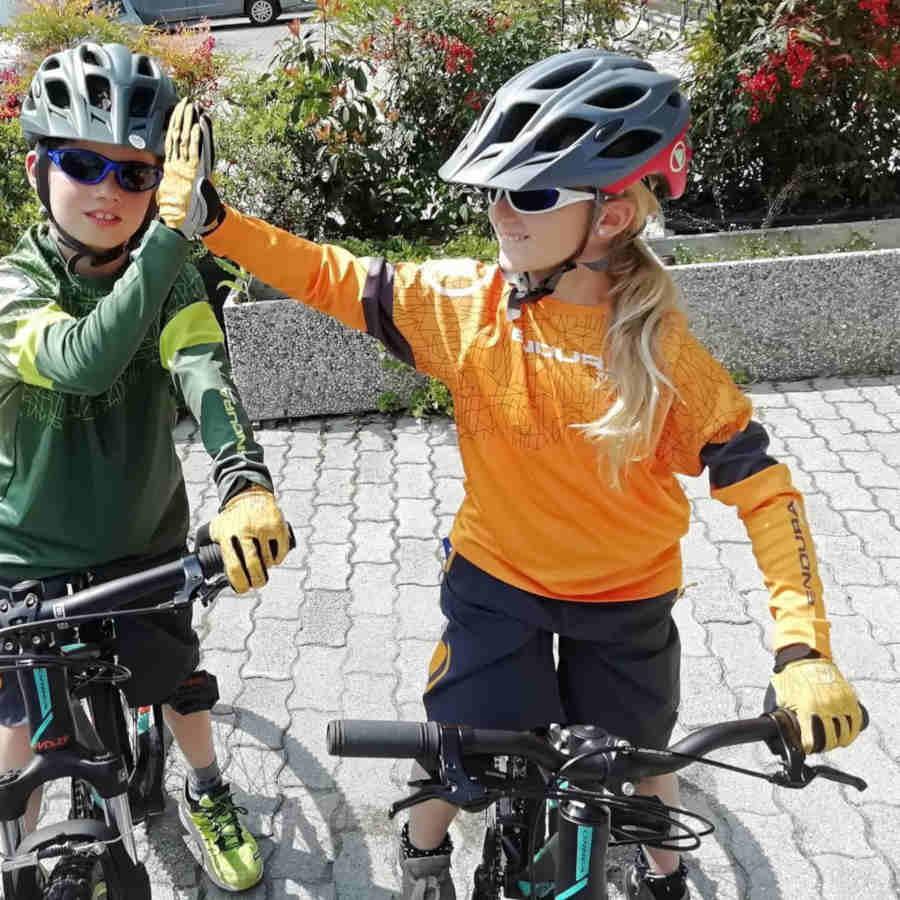 bambini indossano occhiali da ciclismo per bambini