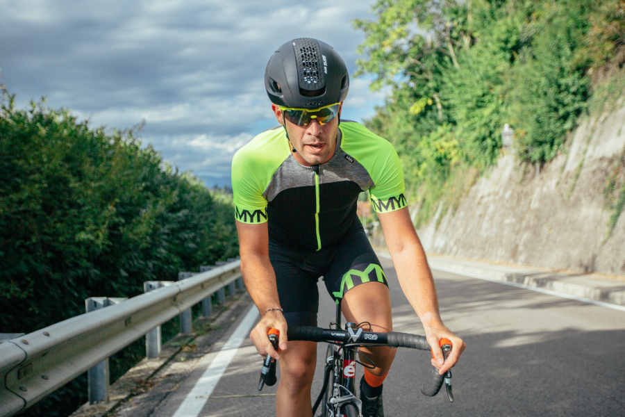 ciclista indossa occhiali da ciclismo con lenti intercambiabili specchiate per uscita con bici da corsa