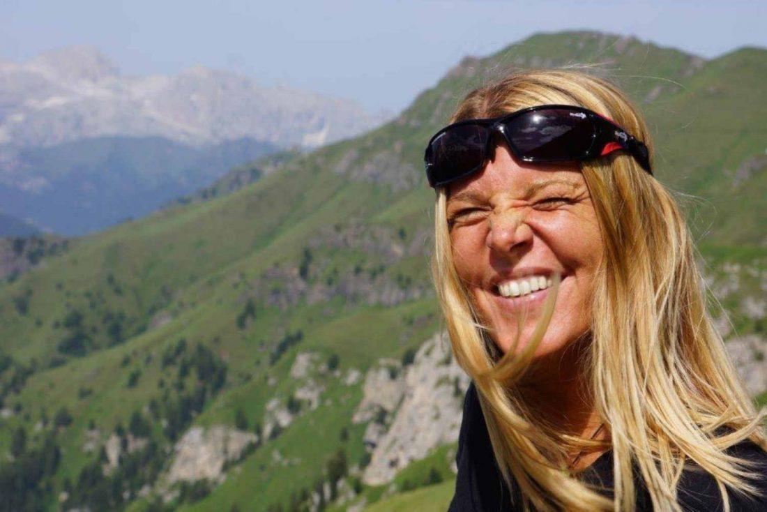 escursionista indossa occhiali sportivi da donna per montagna e alpinismo