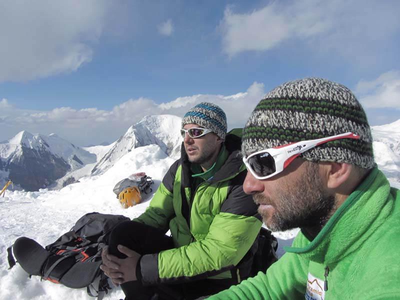alpinisti indossano occhiali da montagna con lenti categoria 4