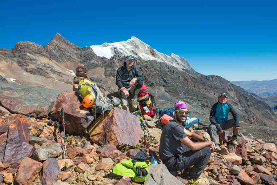 Escursionisti indossano occhiali da montagna con lenti fumo categoria 3