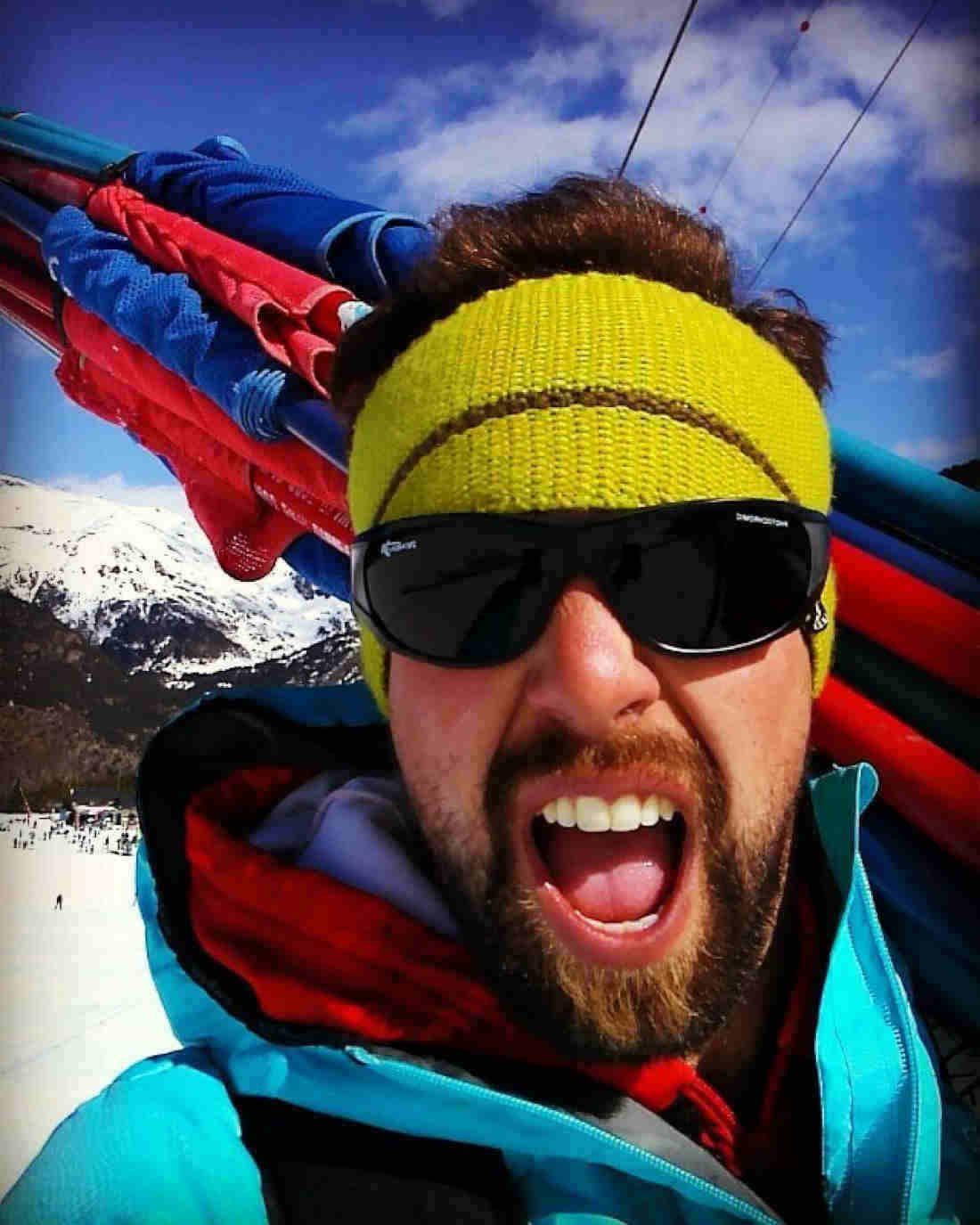 sciatore indossa occhiali da montagna con lenti fotocromatiche