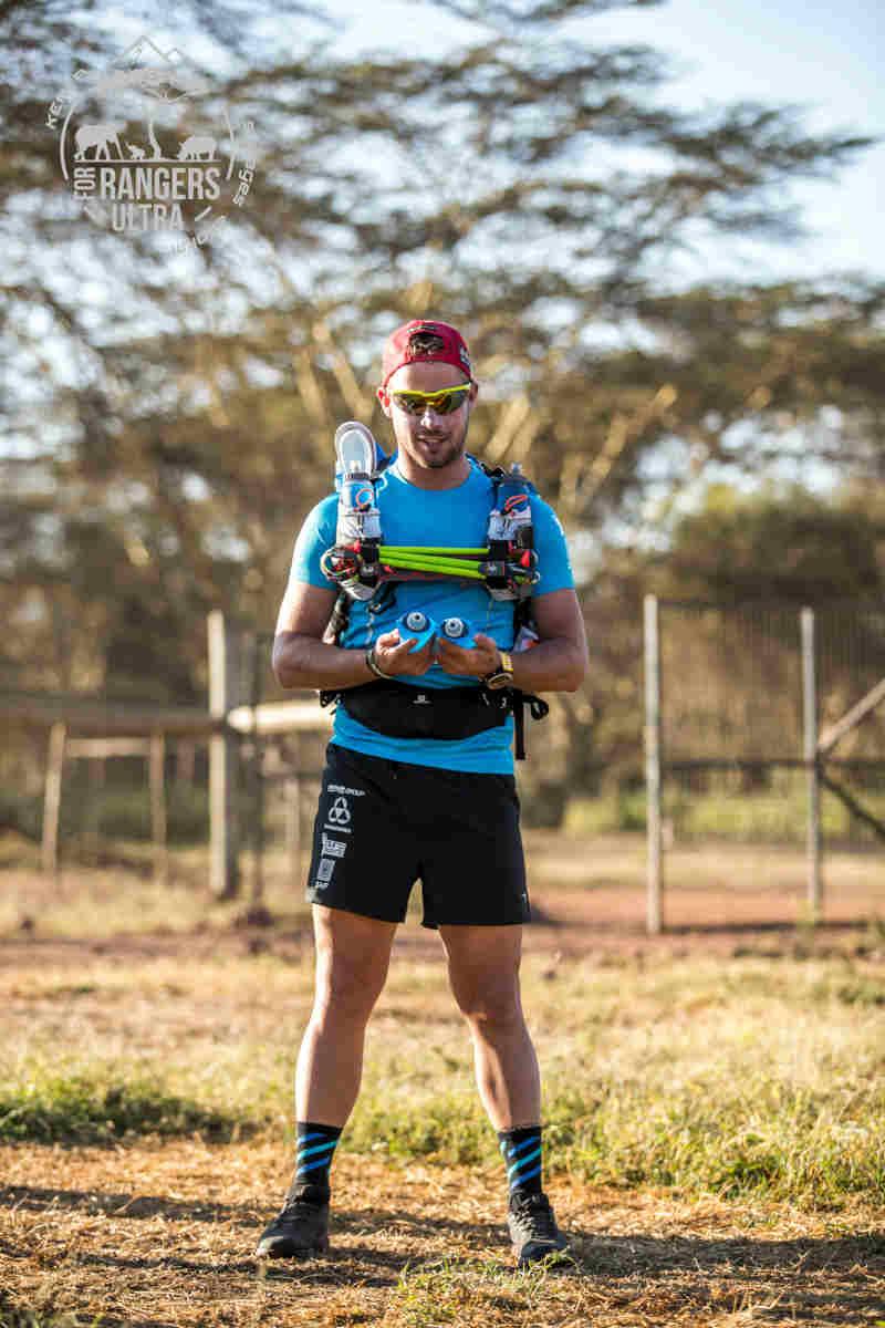 trail runner indossa occhiale da trail running a mascherina con lente specchiata giallo fluo