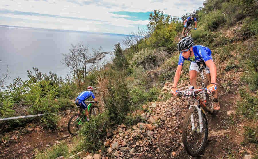ciclisti indossano occhiali fotocromatici per ciclismo e mountain bike azzurri