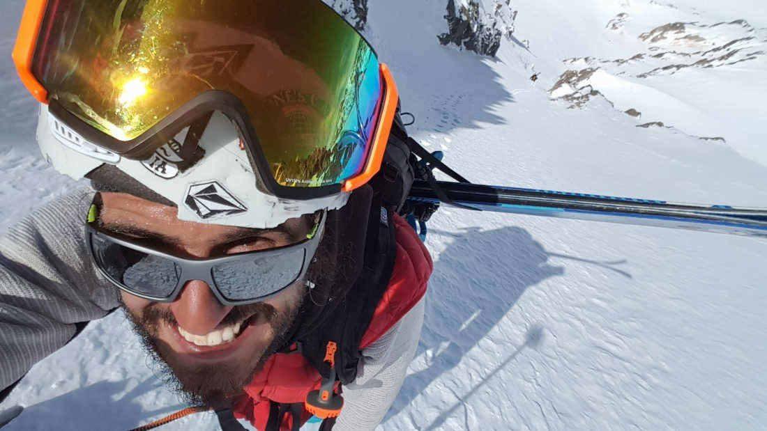 alpinista indossa occhiali da montagna e alpinismo lenti fotocromatiche polarizzate