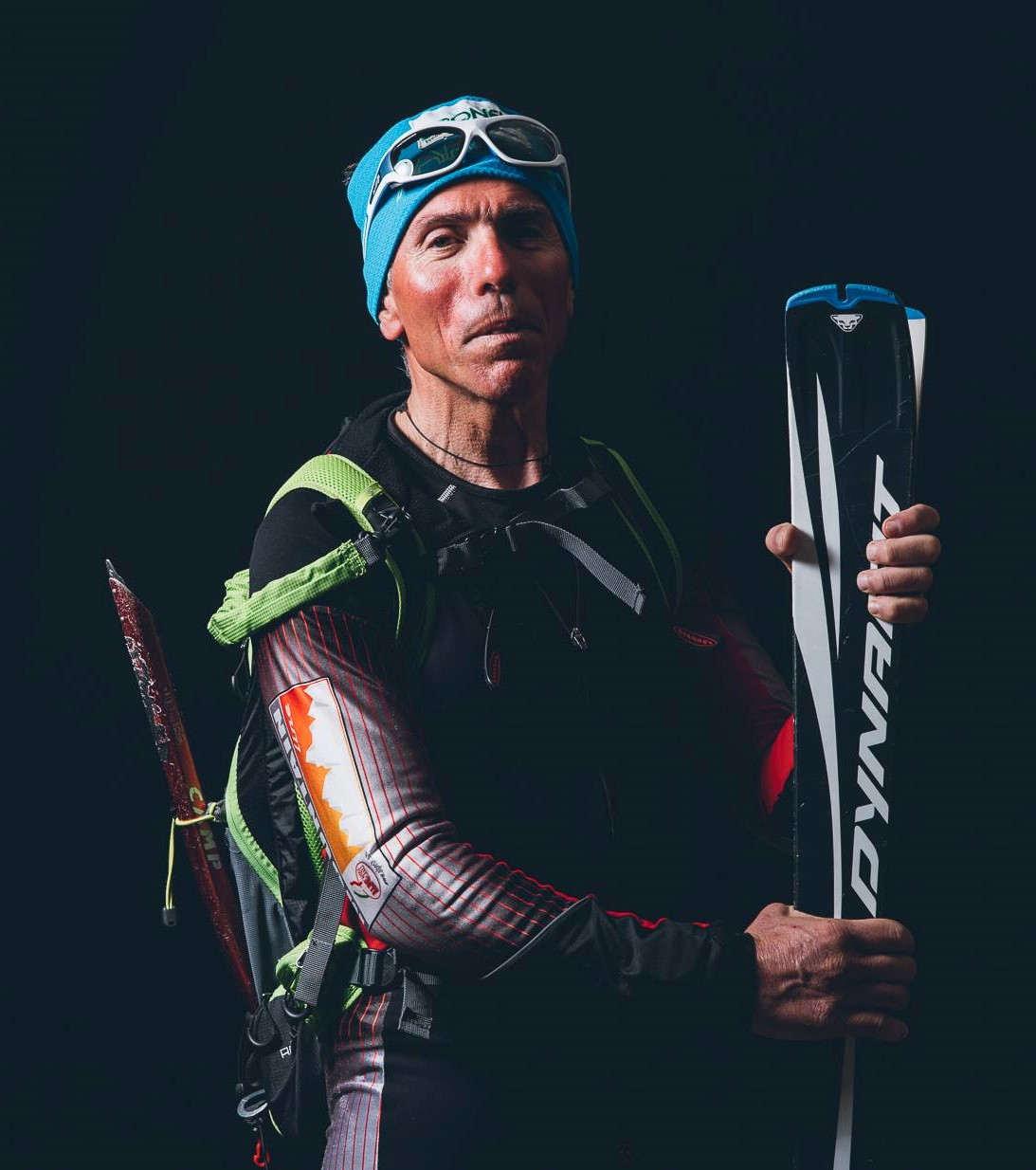 scialpinista indossa occhiali per scialpinismo con lenti fotocromatiche