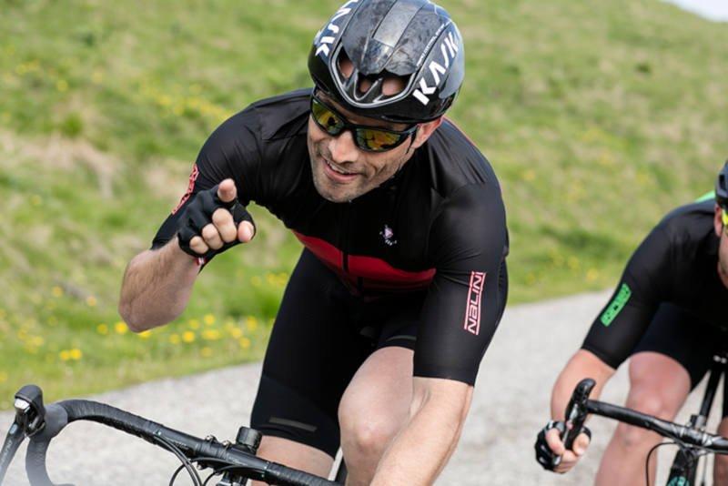 ciclista indossa occhiale da ciclismo con lenti specchiate fumo categoria 3 colore nero