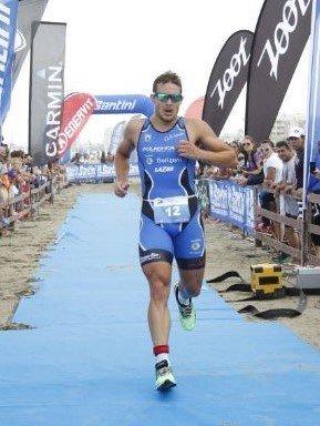 atleta indossa occhiali per la corsa triathlon
