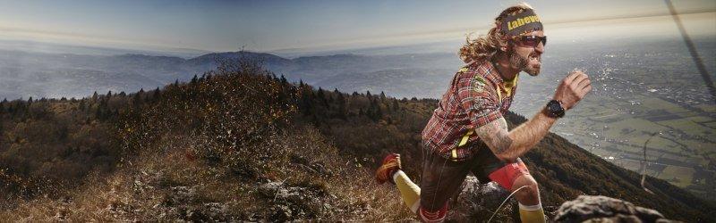 atleta indossa occhiali per corsa in montagna