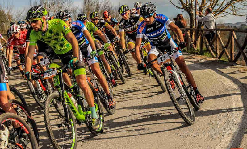 ciclisti indossano occhiali fotocromatici per mountain bike durante gara