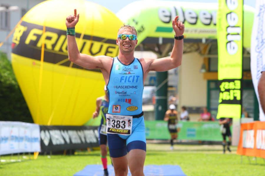 triatleta indossa occhiali da running con lenti specchiate