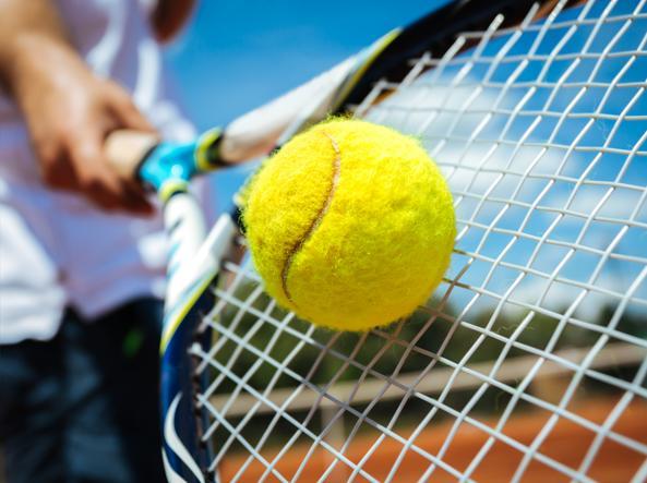 occhiali sportivi con lenti specchiate per tennis