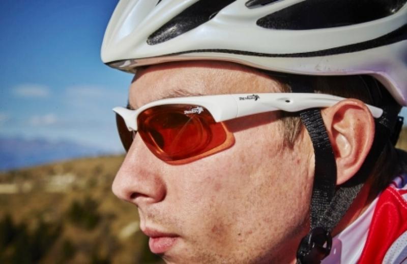 ciclista indossa occhiali sportivi da vista con clip ottico per lenti graduate