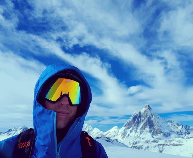 scialpinista indossa maschera da sci modello peak