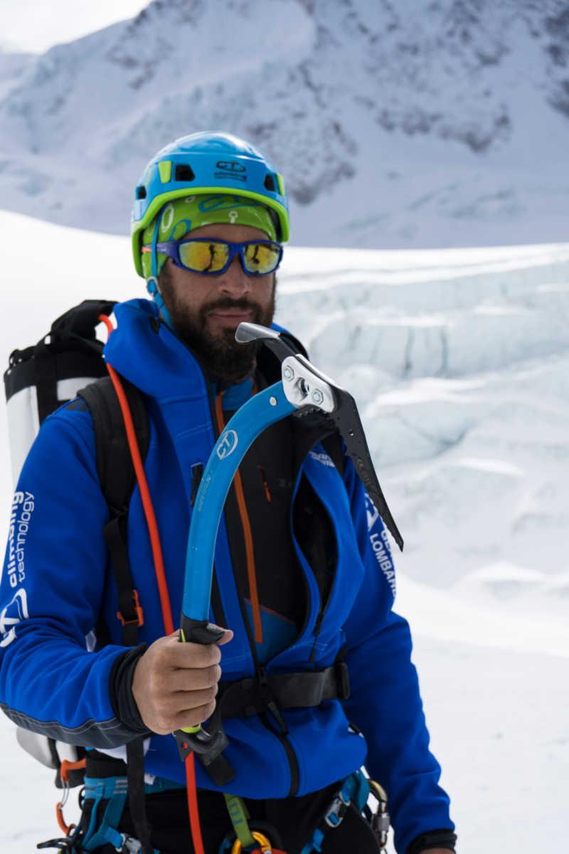 Alpinista indossa occhiale per alta montagna e ghiacciaio con lenti specchiate blu