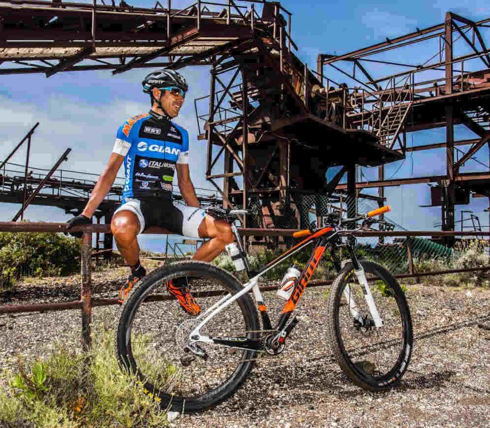 ciclista indossa occhiali per mountain bike con lenti fotocromatiche