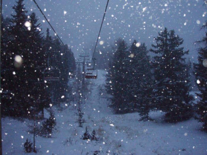 Pista da sci durante nevicata dove utilizzare maschera da sci con lente trasparente