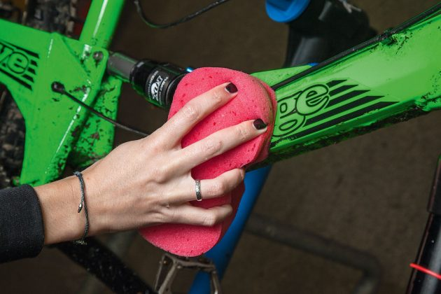 Lava con frequenza la mountain bike per aumentarne la durata nel tempo